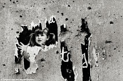 Mostar Est, Bosnie, septembre 1993. Une affiche de propagande croate dégradée par le temps © Laurent Van der Stockt / Gamma