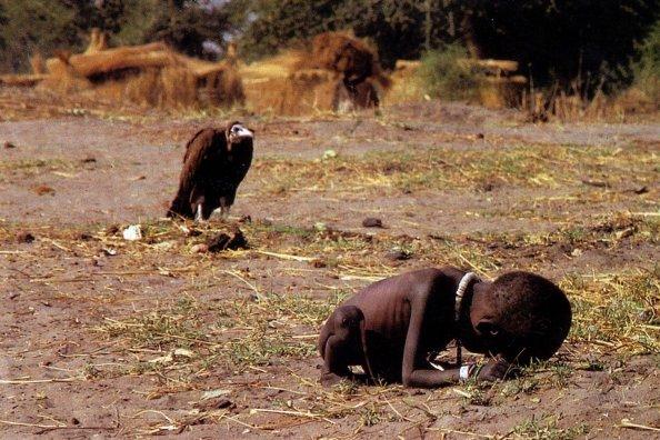 Sud Soudan, 1993 © Kévin Carter (Prix Pulitzer en 1994)