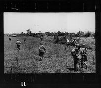 Sur la route de Namdinh à Thaibinh, Indochine (Vietnam), 25 mai 1954. La dernière photographie en noir et blanc de Robert Capa.