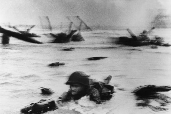 Omaha Beach, Normandie, 6 juin 1944. La première vague de troupes américaines débarque, © Robert Capa.