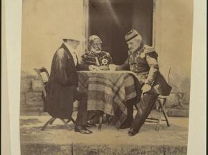 Un conseil de guerre, dans les quartiers de lord Raglan (à gauche), avec le maréchal Pélissier (à droite) et le général ottoman Omer Pacha, au matin de la prise du mamelon vert, un lieu fortifié. © Roger Fenton - Library of Congress.