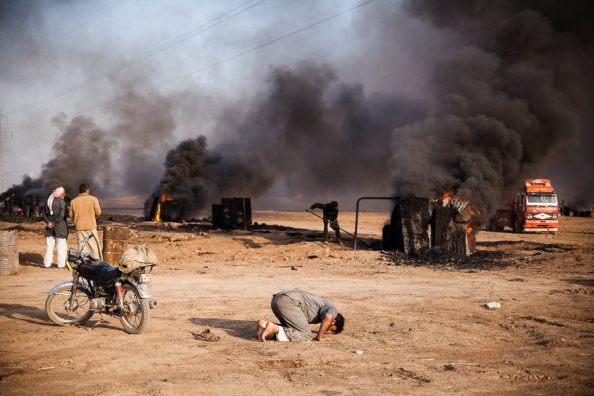 Région de Girke Lege, près de la route internationale, Syrie, octobre 2014. Raffinerie artisanale de pétrole (30x45) © Yann Renoult