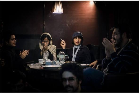 « Cafe Yalda » - Téhéran, Iran // Décembre 2013 Le Cafe Yalda organise chaque semaine des petits concerts underground, des lectures et des projections de films. Il est situé dans le quartier de Sepah (centre de Téhéran) à quelques centaines de mètres à peine d'une base militaire. L'espace public étant sous surveillance quasi permanente en Iran, les cafés sont devenus des lieux de socialisation important pour la jeunesse. Ces dans ces établissements feutrés et intimes que les Iraniens aiment à se retrouver pour échapper momentanément à leur quotidien. © Jeremy Suyker