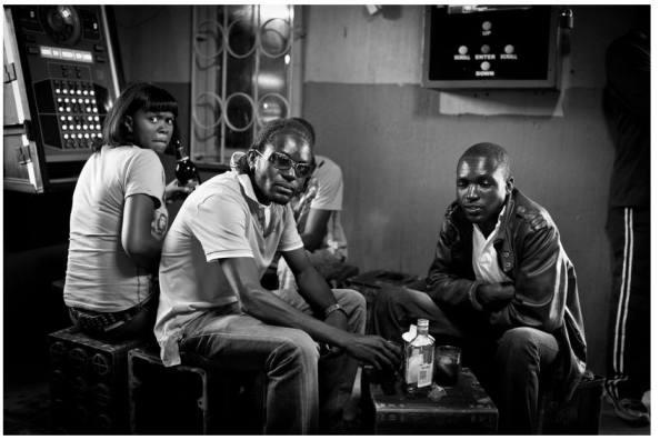« Whisky Bar » - Swakopmund Township, Namibie // Mars 2012 Depuis son indépendance en 1990, la Namibie est montrée en modèle de stabilité démocratique, économique et interraciale. Ce pays d'Afrique australe, qui a connu l'influence allemande puis sud-africaine, ne conserve pas moins les stigmates de la colonisation. La ville balnéaire de Swakopmund, avec d'un côté ses quartiers blancs proprets et de l'autre son township aux baraques de fortune, illustre cette division persistante au sein de la population. © Jeremy Suyker