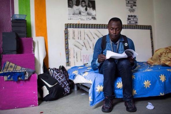 Bruno, 16 ans, Camerounais. Il a quitté son pays après le décès de ses deux parents à l'âge de 13 ans. Il a mis 3 ans à arriver en France traversant la Libye, Maroc et Algérie. A la rue et sans papiers depuis août, il attend d'être scolarisé. 24/10/14. Paris 19e © Jeanne Frank