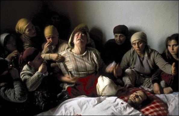 28 janvier 1990, Kosovo, Nagafc. Veillée funèbre de Nasimi Elshani, militant indépendantiste tué par la police serbe © Georges Mérillon